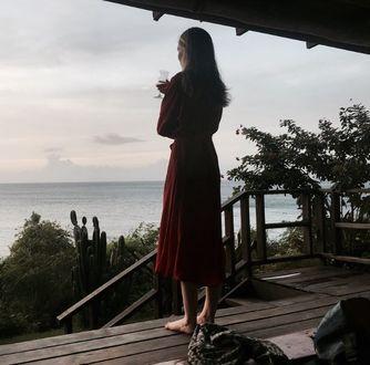 Фото Девушка стоит на террасе в ожидании любимого