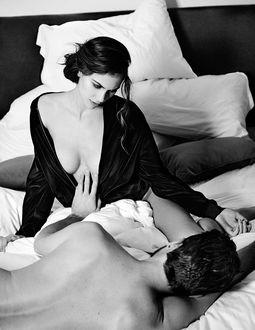 Фото Парень лежит и держит руку у груди девушки