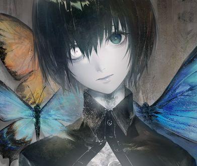 Фото Парень с разными глазами стоит на фоне бабочек