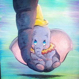 Фото На хоботе слонихи мамы сидит ее слоненок Дамбо, мульфильм Дамбо / Dumbo