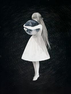Фото Девочка обнимает планету
