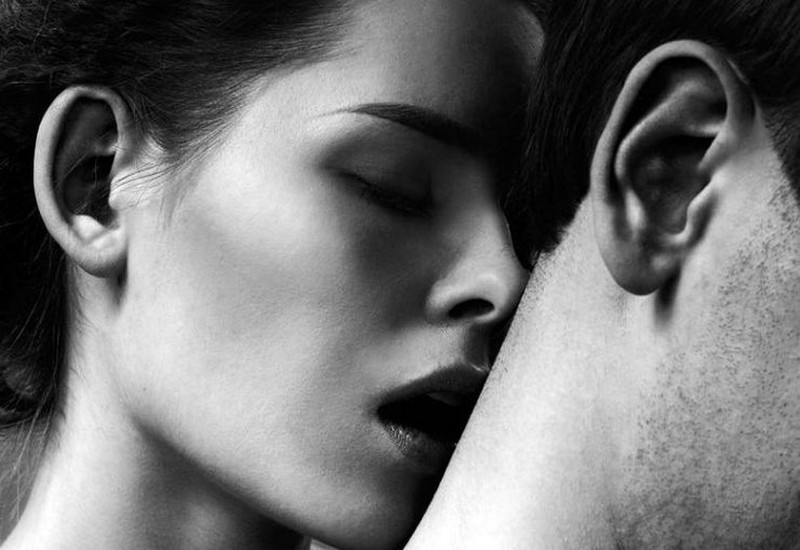 Картинки девушка целует парня в шею