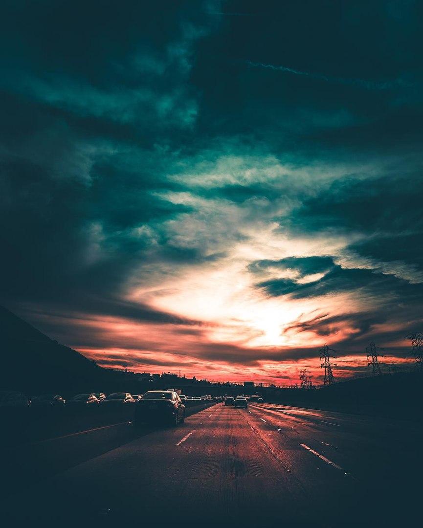 Фото Машины едут по дороге под красивым закатом