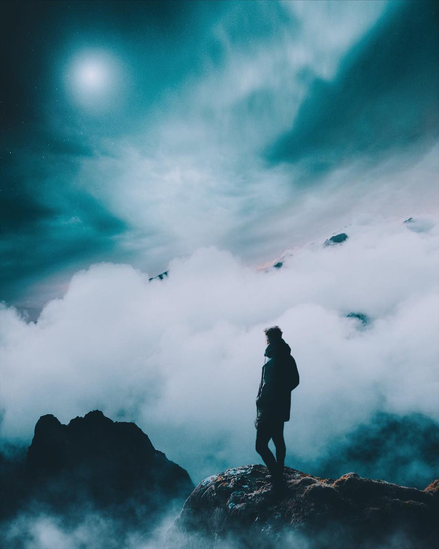 Фото Парень стоит на горном пике среди тумана, by sublimenation