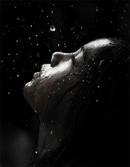 Фото Девочка с мокрым лицом, под каплями дождя, смотрит в ночное небо, автор J. Won Han