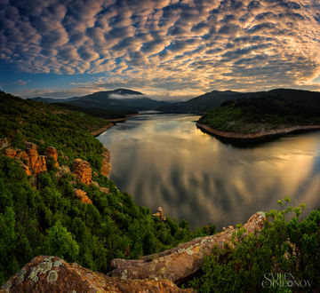 Фото Красивый пейзаж восхода на водохранилище Kardzhali Reservoir в Болгарии, фотограф Svilen Simeonov