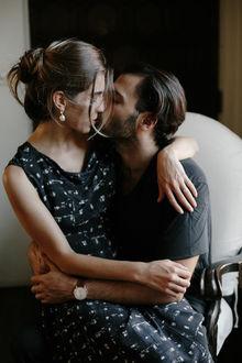 Фото Парень и девушка обнимаются и целуются