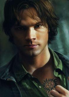 Фото Сэм Винчестер / Sam Winchester показывает тату на груди, сериал Сверхъестественное / Supernatural