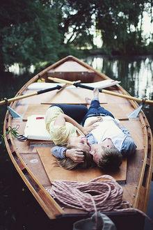 Фото Влюбленные лежат в лодке