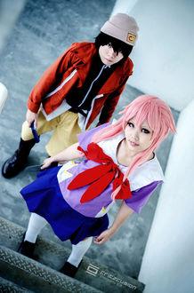 Фото Фото аниме косплей юно гасай / yuno gasai и юкитэру амано / yukiteru amano стоят на коридоре на ступеньках возле подьезда