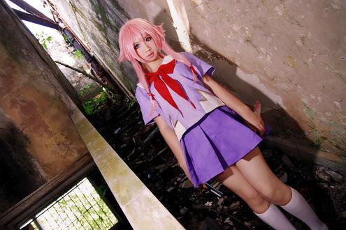 Фото Косплей аниме дневник будущего / future diary / mirai nikki юно гасай / yuno gasai стоит в подвале на ступеньках с ножом в руках