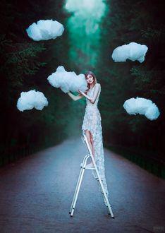 Фото Девушка стоит на лестнице и держит облако, фотограф Светлана Беляева