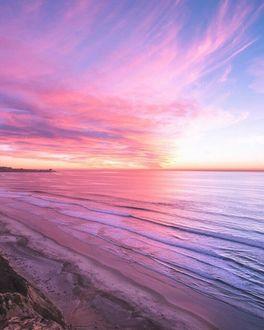 Фото Побережье моря в розово-золотых красках рассвета