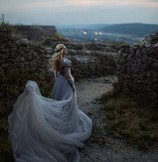 Фото Девушка в длинном платье, с железной маской на лице, фотограф Irina Dzhul