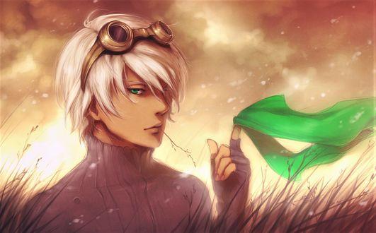 Фото Зеленоглазый блондин с большими очками на голове и веточкой во рту держит в руке платочек под цвет глаз, арт к аниме