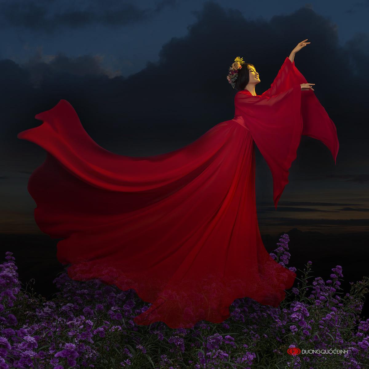 Фото Девушка в красном платье и венке на голове стоит в поле цветов. Фотограф Duong Quoc Dinh
