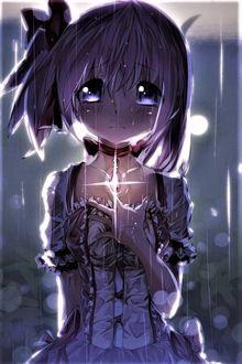 Фото Плачущая Мадока Канамэ / Madoka Kaname из аниме Девочка-волшебница Мадока Магика / Mahou Shoujo Madoka Magica со светящимся медальоном на груди стоит в саду под дождем