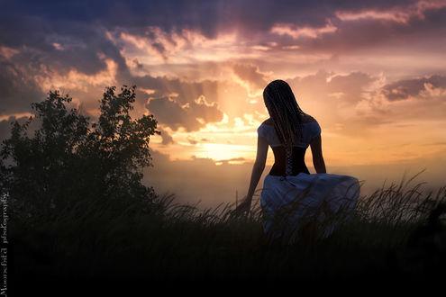 Фото Девушка стоит к нам спиной на фоне заката, фотограф Анастасия Смирнова
