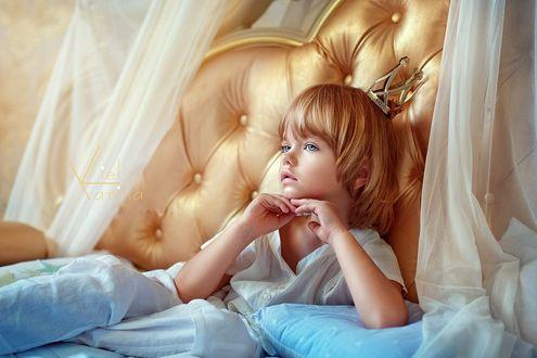 Фото Девочка в короне сидит на кровати, by Karina Kiel