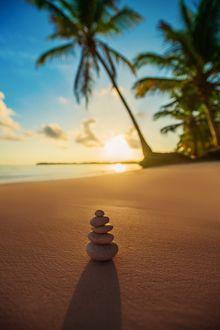 Фото Пирамида из камней на пляже, на фоне тропического восхода солнца, фотограф Valentin Valkov