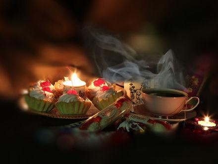 Фото Красивая чашка на столе со свечами и пирожными