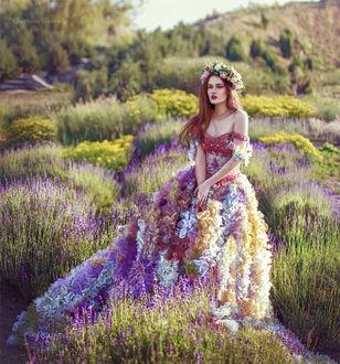Фото Модель Хелена Ли в цветочном платье, с венком на голове. Фотограф Червона Ворона