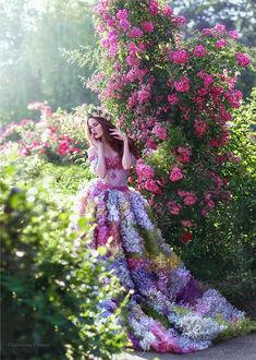 Фото Модель Хелена Ли в цветочном платье, с венком на голове стоит у куста розовых роз. Фотограф Червона Ворона