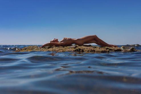 Фото Обнаженная девушка лежит в окружении воды. Фотограф Мочульский Леонид