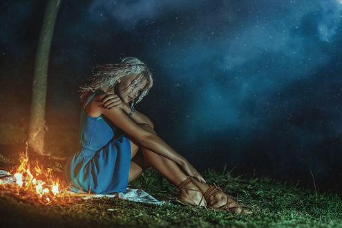 Фото Девушка Настя в голубом платье сидит на земле у костра, фотограф Асиялов Абубакар
