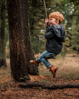Фото Мальчик на качели у дерева, фотограф Adrian C. Murray