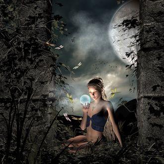 Фото Волшебница в ночном лесу держит стеклянный шар в руке, на фоне полной Луны