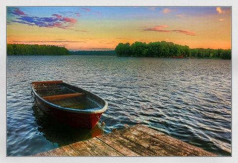 Фото Причаленная лодка на озере
