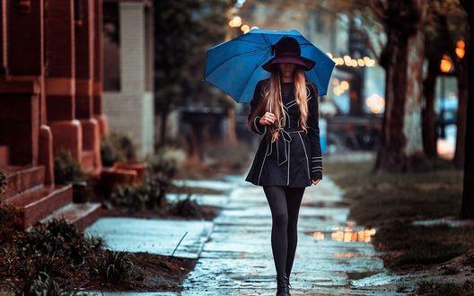 Фото Девушка под зонтиком идет по улице