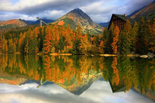 Фото Осенние деревья, за которыми домик и горы и их отражение в озере, фотограф Jacek Lisiewicz