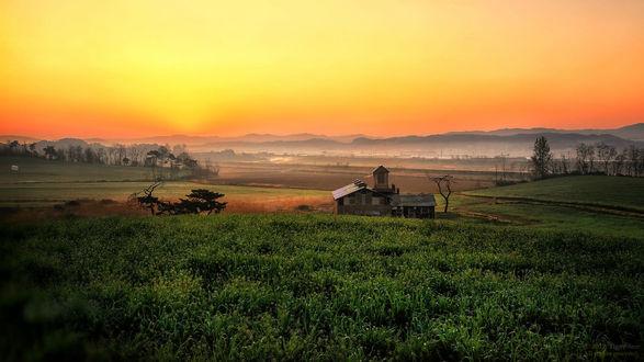 Фото Утреннее небо над зеленым полем с домиком, фотографTiger Seo
