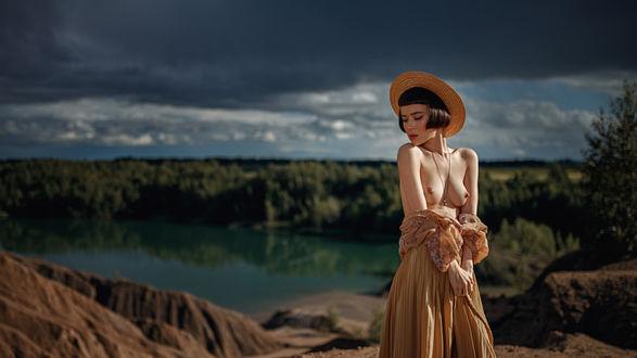 Фото Полуобнаженная модель Поля в шляпке стоит на фоне природы, фотограф Георгий Чернядьев