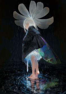 Фото Белокурая феечка с разноцветными крыльями укрывается от дождя под белым цветком