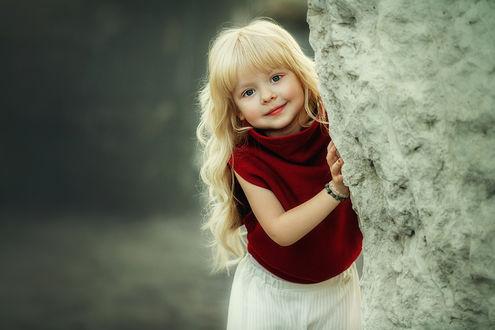 Фото Девочка с белыми волосами выглядывает из-за камня, фотограф Liliya Nazarova