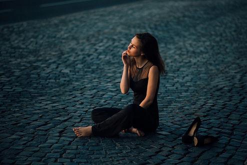 Фото Девушка Алина сидит на дороге. Фотограф Артем Гринев