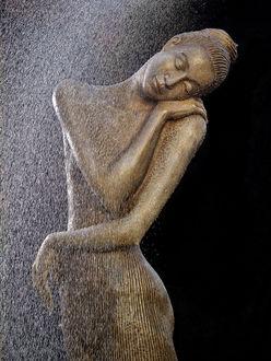 Фото Обнаженная девушка с закрытыми глазами, скульптор MaЕ'gorzata Chodakowska