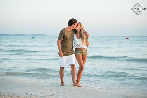 Фото Влюбленные стоят на пляже