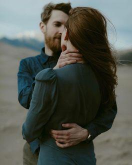 Фото Парен с бородой обнимает девушку