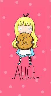 Фото Алиса с печеньем, на которой написано Eat me / Съешь меня