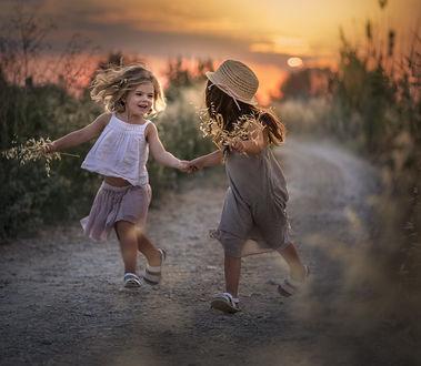 Фото Две девочки бегут по дорожке, фотограф Elena Shumilova