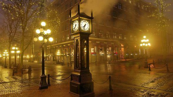 Фото Перекресток улиц в городе и часы ночью в городе в тумане