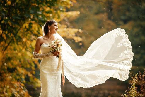 Фото Девушка-невеста с букетом цветов стоит на фоне осенней природы, Фотограф Андрей Попков