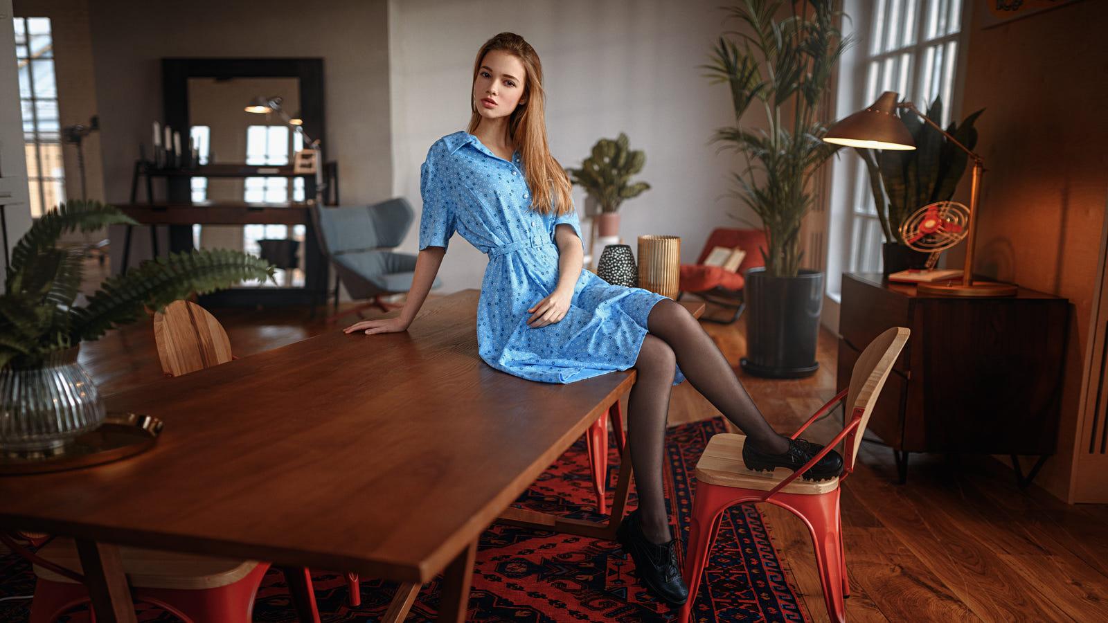 Фото Модель Анна в голубом платье сидит на столе, фотограф Георгий Чернядьев