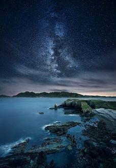 Фото Млечный путь в небе над островами