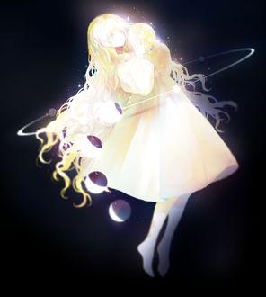 Фото Девушка в белом платье держит в руках планету