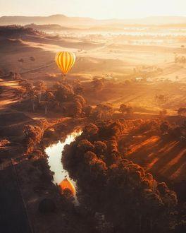 Фото Воздушный шар пролетает над осенней долиной